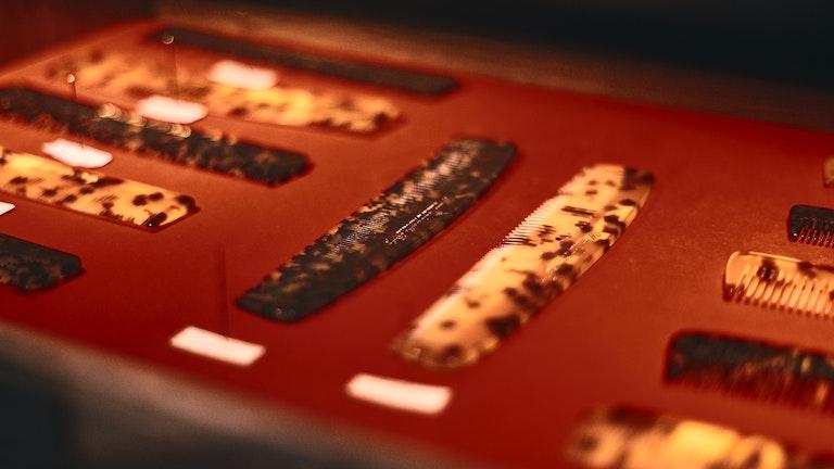 スイスの職人によりひとつひとつ手作りされている植物性アセテートの櫛は、100種類近く揃う