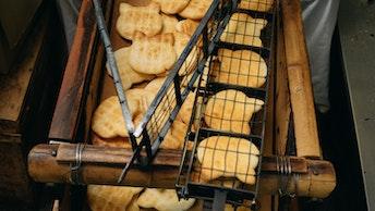 こんがり焼かれた美味しそうな手焼きのお煎餅。店頭では毎日香ばしい香りが漂う
