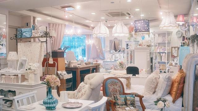 海外から買い付けたアンテイーク家具も豊富