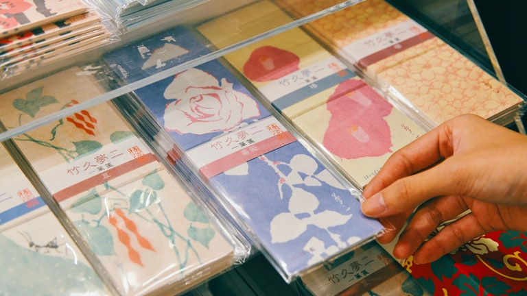 美人画で有名な竹久夢二の一筆箋(¥550/税込)。榛原でしか見られないオリジナルデザインが多数