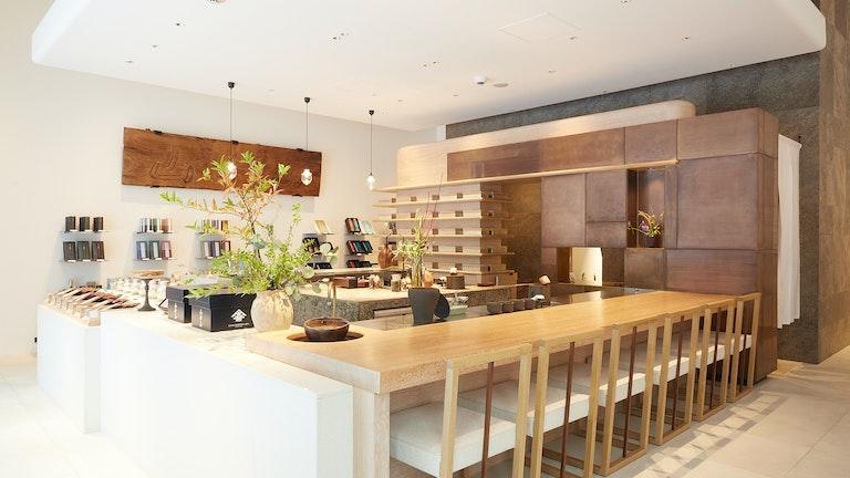 和と洋のエッセンスが融合した、シンプルで洗練された雰囲気の店内