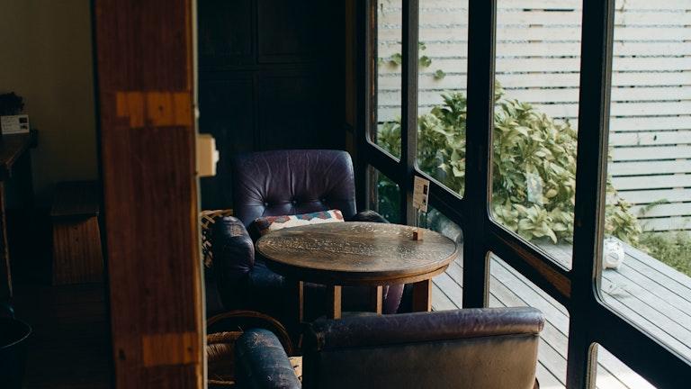 窓際のソファ席が彼女のお気に入り。ゆったりと流れる優しい空気に身も心もたっぷりリラックスできる
