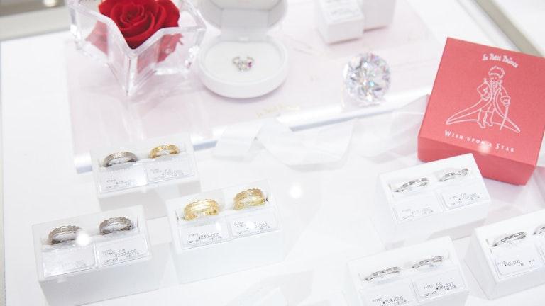 「星の王子様」とのコラボデザインのリングたちは、ユニークで大胆なデザインが目を引く