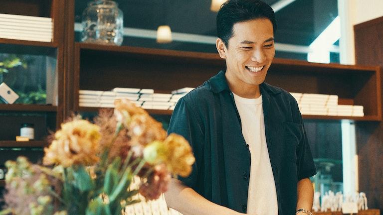 元飴職人の店主・前原圭輔さん。「No.1」バニラのレシピが完成するまでに2年かかったそう
