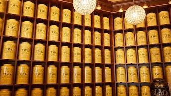 店内に並ぶ圧巻の「シグネチャーティーウォール」。全ての缶に茶葉が保管され、量り売りで購入できる