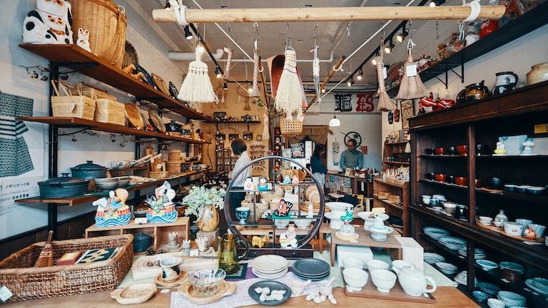 店に入ると、たくさんの暮らしの道具が出迎えてくれる