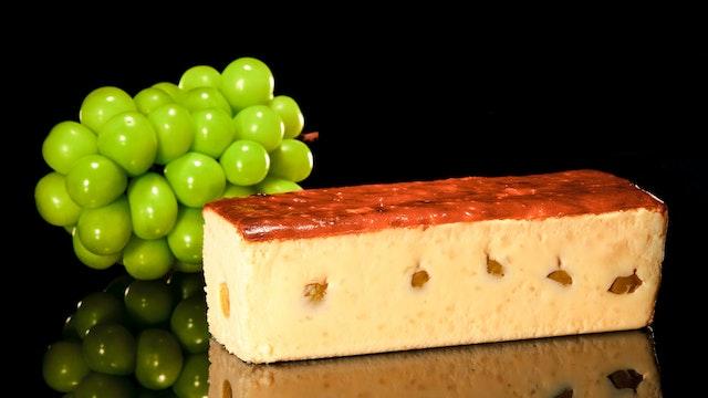 大粒のシャインマスカットを贅沢に使用〔旅するチーズケーキ( ¥4,980/税込)〕