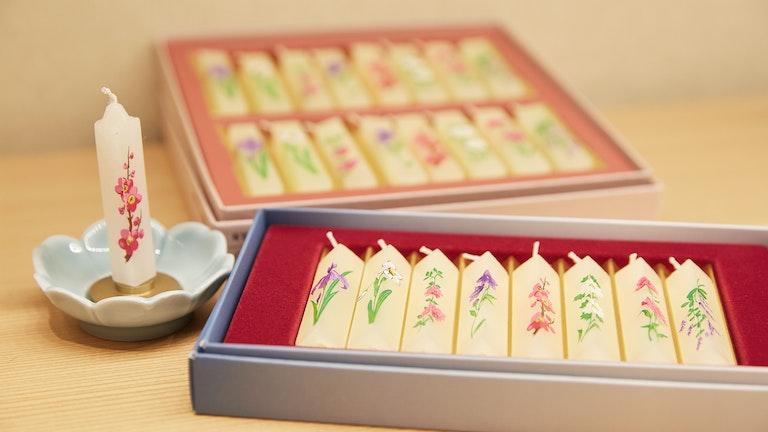 繊細な花の模様が美しい蜜蝋入りロウソク(¥1,210~/税込)は、海外へのお土産としても人気