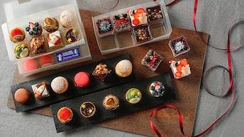 パーティーの主役に! 小さなケーキを32個アソートした豪華な〔クリスマス ミナルディーズ (¥12,000/税別)〕
