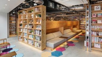 女性専用エリアには、広々としたソファのほか、個室や女子会気分で楽しめる畳のスペースも!
