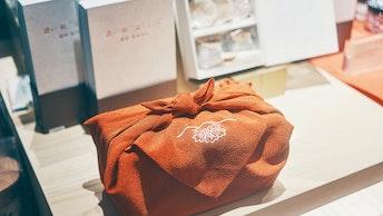 お父さんのイメージや選んだプレゼントに合わせて、4色から選べる風呂敷ラッピング(900円)もおすすめ