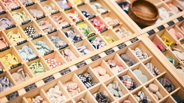 輸入生地を使用したものなど、遊び心溢れるデザインのボタンがたくさん並びます