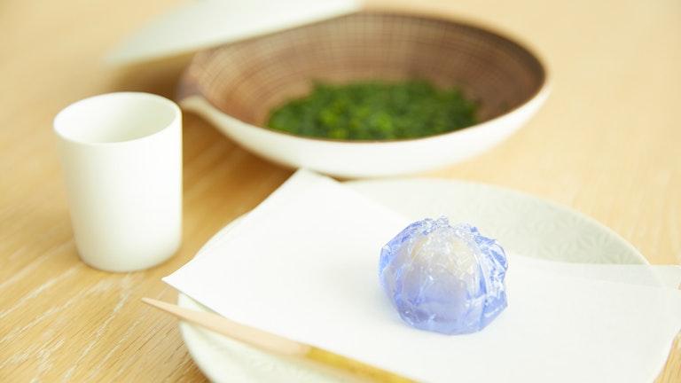 お茶には数種類の中から選べる季節の和菓子がセットに。こちらは秋を代表する花「りんどう」を象った和菓子