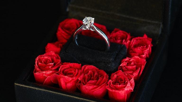 真紅のバラとダイヤの組み合わせにうっとりしてしまうプロポーズアイテム