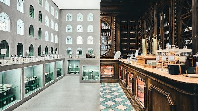 左はモダンな東京、右は創業当時のフランスの薬局をイメージしている店内