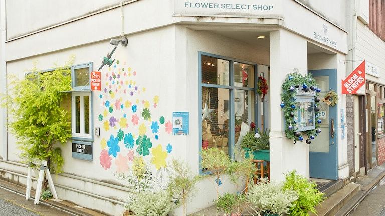 色とりどりの花が描かれた壁はフォトスポットとしても人気。花のピックアップ専用窓があるのも遊び心のひとつ