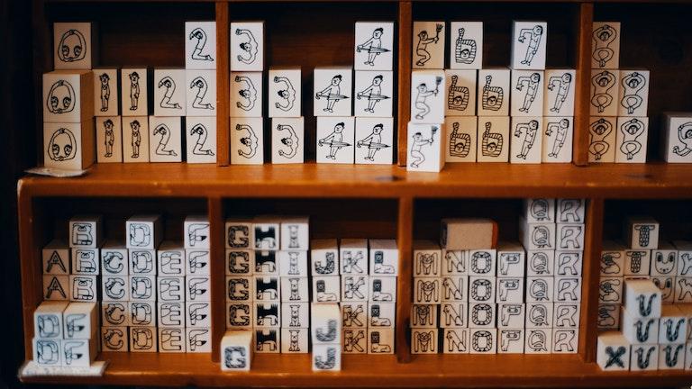 数字とアルファベットのシュールな絵柄が人気のオリジナルのハンコ