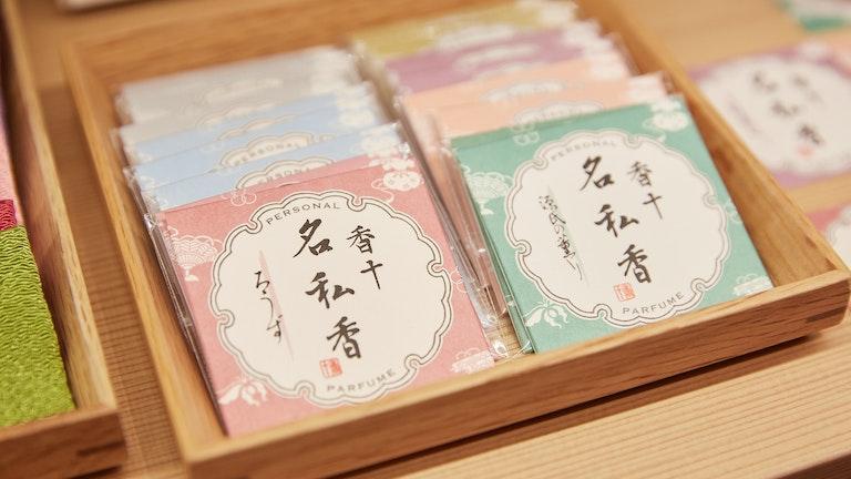 落ち着いてしっとりとしたムスクやローズなどの7つの香りの「名私香(¥385/税込)」