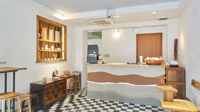 モダンでシンプルな店内。奥には個室も用意されています