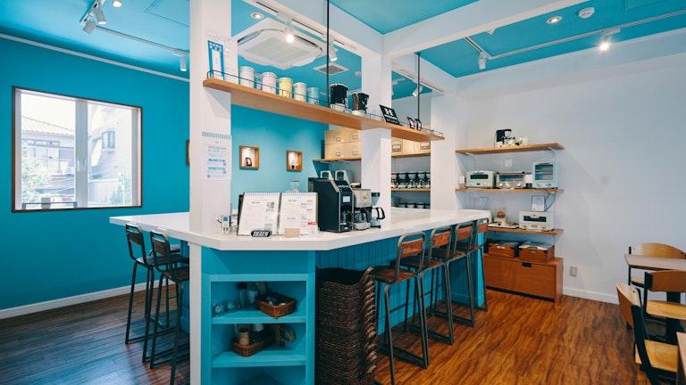 2階のカフェスペースは、目の覚めるような鮮やかなブルーが印象的