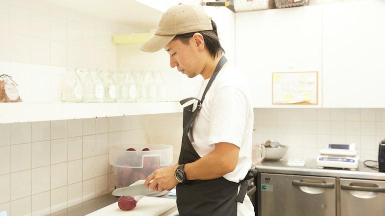 フレッシュな果物や野菜を使用したジュースやスムージーは、奥のキッチンで手作業で作られている