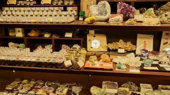 世界各国で採掘された、大小様々な鉱物がずらり。小さなものは数百円から購入できる