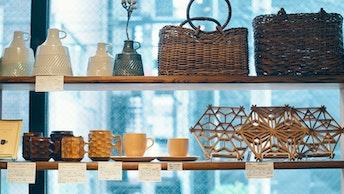美しい組子が印象的な鍋敷きや、あけびの手提かごなど、長く大切に使いたいアイテムが揃う