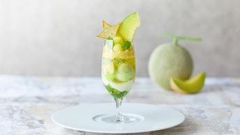 本格的な味わいが魅力の「メロンとキウイのパフェ」は、鮮やかなメロンの緑が涼しげ