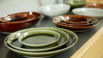 和食から洋食まで、どんな料理にも合うシンプルなお皿。シックで美しい艶感が料理を美味しく見せてくれる