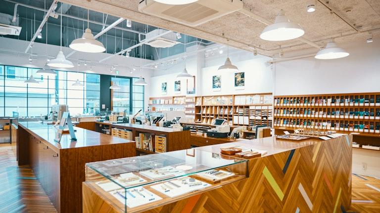 筆記具やノート、インクなどが並ぶ明るい店内。カラフルなフロアの差し色にワクワクする