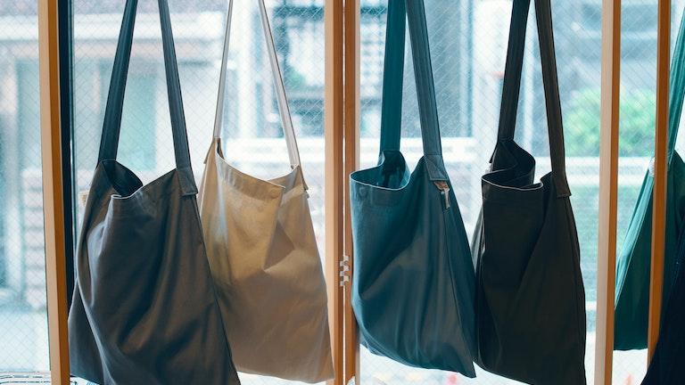 「スレッドライン」のショルダーバッグ(¥3,800〜/税抜)。この4色はcotogoto限定カラー