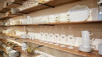 圧巻の品揃えは直営店ならでは。お皿やカップ、グラスなどが並ぶ