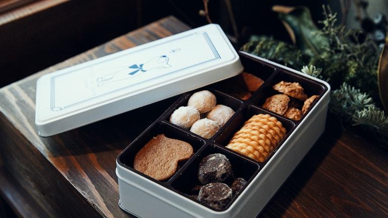 スノーボールやサブレショコラなど人気のクッキー6種を詰め合わせた「ボワット ブルー(¥2,500/税抜)」