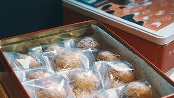 サクサクと軽い食感は一つ食べたら止まらない美味しさ〔マカロンバスク(24個入¥3,050/税込)〕