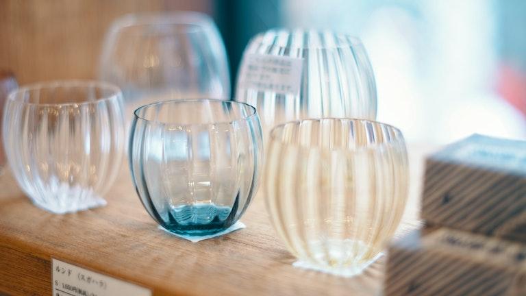 ひとつひとつ手作りのスガハラのロックグラス(S ¥1,650/税抜、M ¥1,900/税抜)
