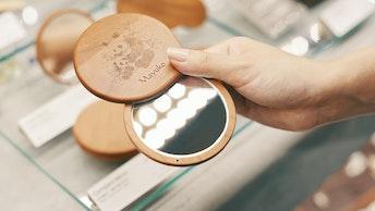 「コンパクトミラー(¥4,752/税込)」は、パルコヤ上野店限定でパンダのイラストを刻印できる