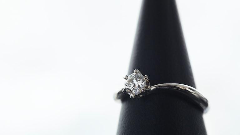大きな1粒のダイヤモンドの輝きが特別な気持ちにさせてくれるエンゲージリング