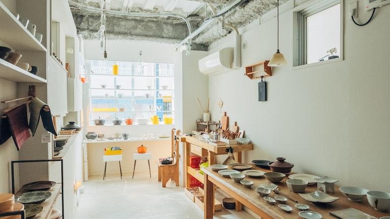 白を基調とした店内には、食器や暮らしの道具が並ぶ