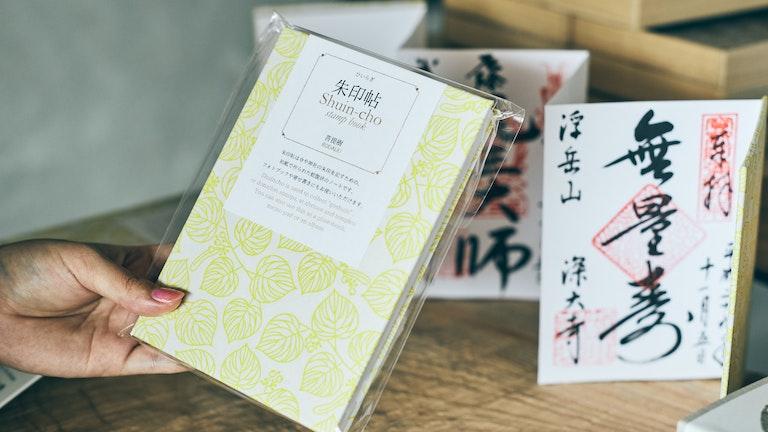 オリジナルの朱印帳(¥1,800/税抜)。念珠を手に御朱印集めをする人も多いのだという