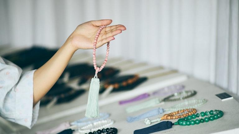 淡い色合いの房と珠の組み合わせに、数珠のイメージがガラリと変わる。日々のお守りとして持ち歩きたくなる