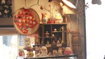 まるで駄菓子屋のような懐かしくて暖かい雰囲気の店内