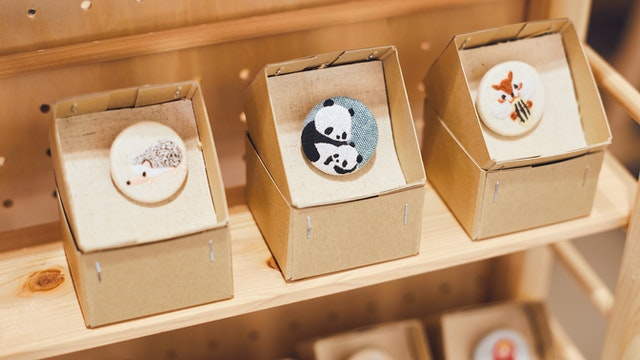 パンダやハリネズミなど、つい笑顔になってしまうようなオリジナルの刺繍ボタン