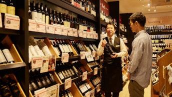 店内には世界中から集められたこだわりのワインがずらり。わからないことは優しい店員さんになんでも相談できる