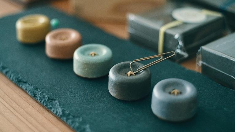 信楽焼のボタンマグネット(¥1,100/税抜)。淡い色合いとコロッとしたフォルムがかわいらしい