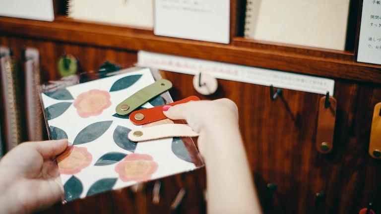 留め具はゴム留め、封緘留め、ボタン留めの3種類。表紙と合わせながら留め具の色や形を選ぶのも楽しい時間