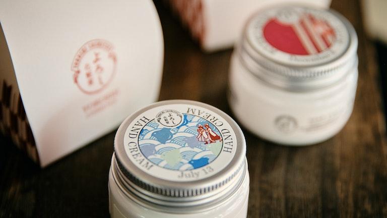 ベタつかずにしっとり潤う。柚子と抹茶の香りはオレンジ通り店限定。〔365ハンドクリーム(¥1,000/税抜)〕