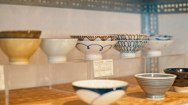 全国各地の窯元や作家さんのうつわなどが揃う店内。素敵なデザインのお茶碗で、食卓がもっと楽しくなりそう