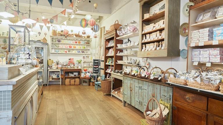 アンティークショップのような雰囲気の店内に、オリジナルの日本茶やほうじ茶がずらりと並ぶ