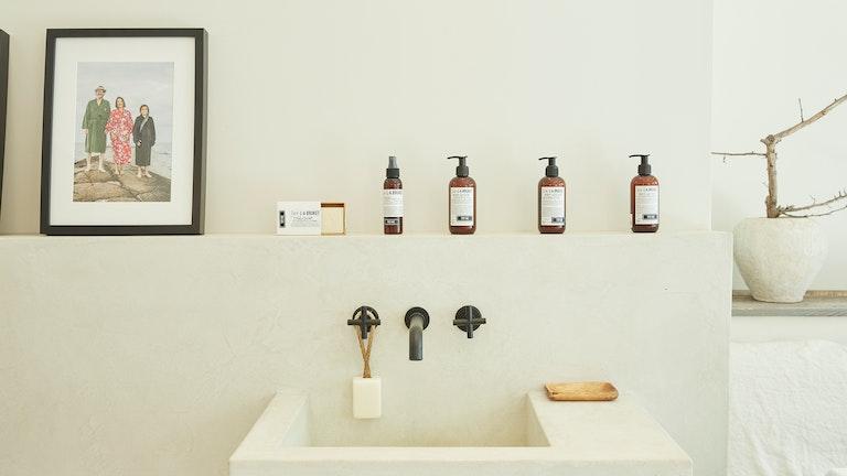海岸部の人々の肌を守り、温め、保湿するスキンケア製品が並ぶ。ミニマルでシンプルなパッケージデザイン