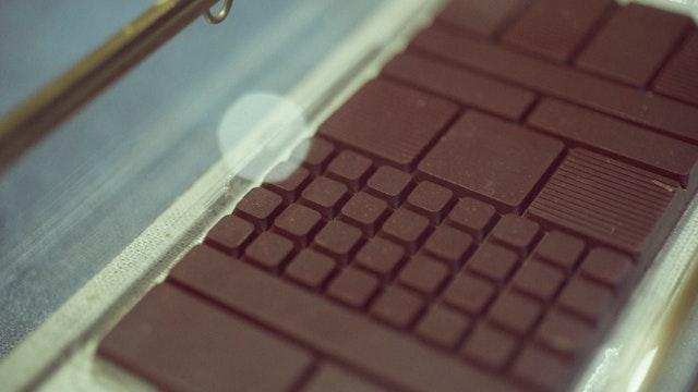タイルのような美しいチョコレート。割り方によって風味の違いも感じられる
